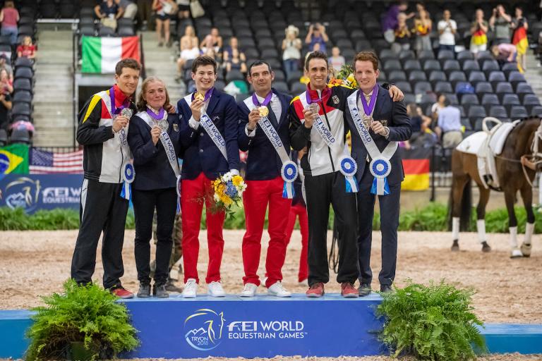 Volti-Männer mit zwei Medaillen